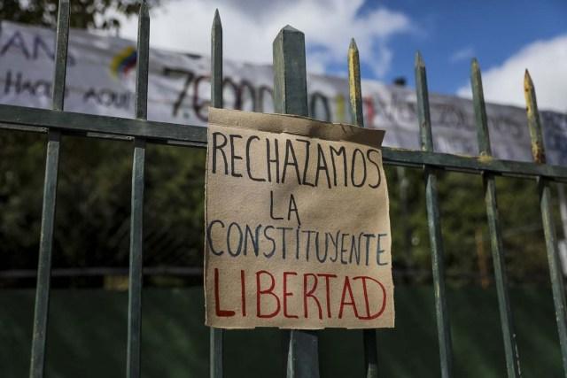 CAR01. CARACAS (VENEZUELA), 24/07/2017.- Fotografía de un cartel en rechazo a la Asamblea Constituyente hoy, lunes 24 de julio de 2017, en una verja de Caracas (Venezuela). Venezuela inicia hoy la semana decisiva para la elección de la Asamblea Nacional Constituyente convocada por el presidente, Nicolás Maduro, con los oficialistas entrando en la recta final de su campaña en medio de protestas y llamados a paro de los opositores en rechazo a esos comicios. EFE/Miguel Gutiérrez