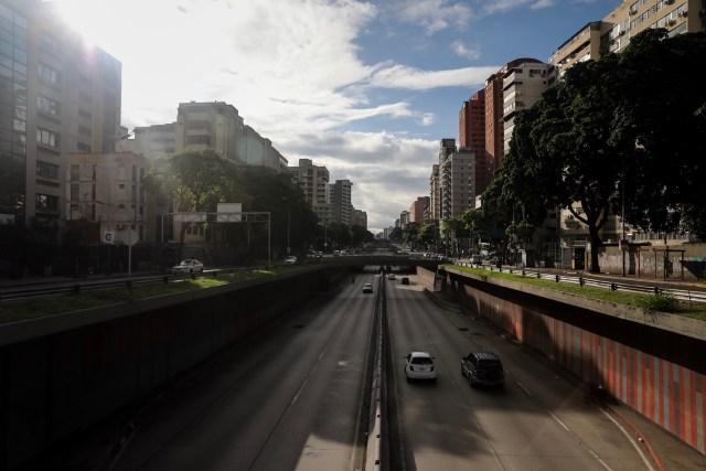 CAR10. CARACAS (VENEZUELA), 26/07/2017.- Vista de calles, avenidas y autopistas parcialmente vacías hoy, miércoles 26 de julio de 2017, durante el comienzo de la huelga general de 48 horas en Caracas (Venezuela). La oposición venezolana ha convocado a una huelga general de 48 horas en todo el país que se inicia hoy como parte de las manifestaciones en contra de la Asamblea Nacional Constituyente que impulsa el Gobierno para cambiar la Carta Magna. EFE/Miguel Gutiérrez