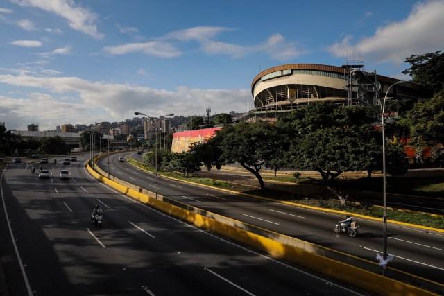 CAR12. CARACAS (VENEZUELA), 26/07/2017.- Vista de calles, avenidas y autopistas parcialmente vacías hoy, miércoles 26 de julio de 2017, durante el comienzo de la huelga general de 48 horas en Caracas (Venezuela). La oposición venezolana ha convocado a una huelga general de 48 horas en todo el país que se inicia hoy como parte de las manifestaciones en contra de la Asamblea Nacional Constituyente que impulsa el Gobierno para cambiar la Carta Magna. EFE/Miguel Gutiérrez