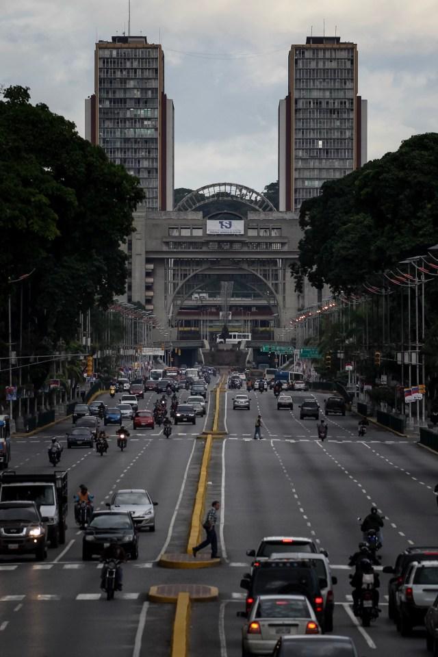 CAR14. CARACAS (VENEZUELA), 26/07/2017.- Vista de calles, avenidas y autopistas parcialmente vacías hoy, miércoles 26 de julio de 2017, durante el comienzo de la huelga general de 48 horas en Caracas (Venezuela). La oposición venezolana ha convocado a una huelga general de 48 horas en todo el país que se inicia hoy como parte de las manifestaciones en contra de la Asamblea Nacional Constituyente que impulsa el Gobierno para cambiar la Carta Magna. EFE/Miguel Gutiérrez
