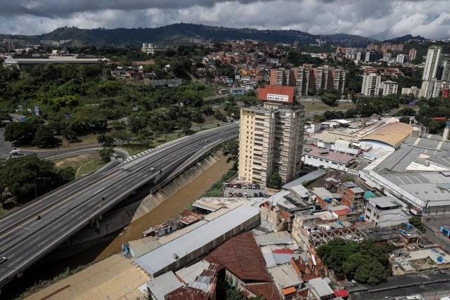CAR25. CARACAS (VENEZUELA), 26/07/2017.- Vista de una autopista parcialmente vacía hoy, miércoles 26 de julio de 2017, durante la huelga general de 48 horas en Caracas (Venezuela). La oposición venezolana ha convocado a una huelga general de 48 horas en todo el país que se inicia hoy como parte de las manifestaciones en contra de la Asamblea Nacional Constituyente que impulsa el Gobierno para cambiar la Carta Magna. EFE/Miguel Gutiérrez