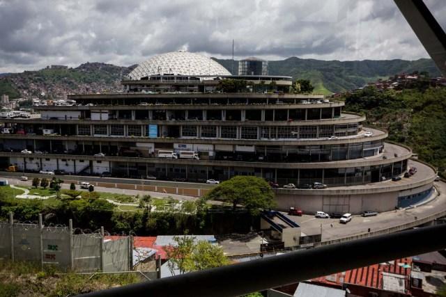 """ACOMPAÑA CRÓNICA: VENEZUELA CRISIS - CR03. CARACAS (VENEZUELA), 28/07/2017.- Fotografía del edificio """"El Helicoide"""", sede del Servicio Bolivariano de Inteligencia (Sebin) y lugar de detención de la mayor parte de los detenidos en protestas que siguen privados de libertad, y algunos de los casi 500 presos políticos hoy, viernes 28 de julio de 2017, en Caracas (Venezuela). Una media de 40 personas, en su mayoría estudiantes, han sido detenidas cada día en Venezuela por delitos como """"terrorismo"""" o """"insurrección"""" desde que empezara el 1 de abril la presente ola de protestas para exigir la renuncia del presidente Nicolás Maduro, en las que han muerto más de cien personas. EFE/CRÍSTIAN HERNÁNDEZ"""