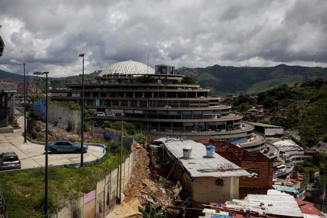 """ACOMPAÑA CRÓNICA: VENEZUELA CRISIS - CR04. CARACAS (VENEZUELA), 28/07/2017.- Fotografía del edificio """"El Helicoide"""", sede del Servicio Bolivariano de Inteligencia (Sebin) y lugar de detención de la mayor parte de los detenidos en protestas que siguen privados de libertad, y algunos de los casi 500 presos políticos hoy, viernes 28 de julio de 2017, en Caracas (Venezuela). Una media de 40 personas, en su mayoría estudiantes, han sido detenidas cada día en Venezuela por delitos como """"terrorismo"""" o """"insurrección"""" desde que empezara el 1 de abril la presente ola de protestas para exigir la renuncia del presidente Nicolás Maduro, en las que han muerto más de cien personas. EFE/CRÍSTIAN HERNÁNDEZ"""