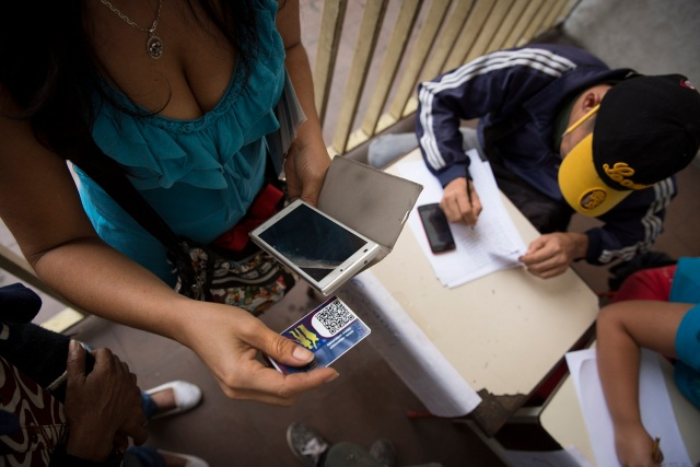 Los votantes deben registrarse con el carnet de la patria. EFE/Helena Carpio