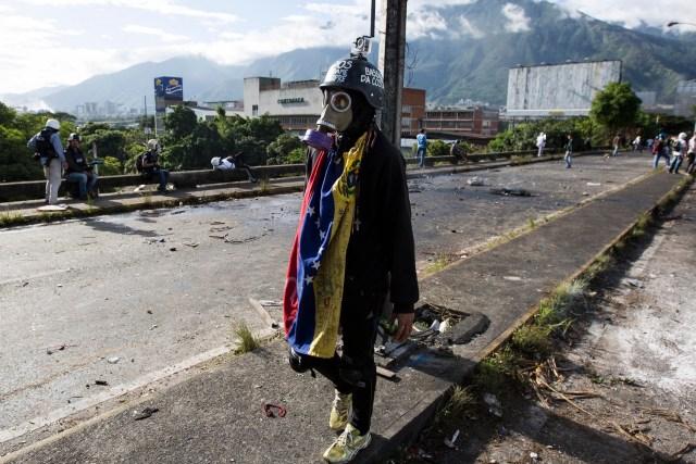Manifestantes opositores bloquean una calle en rechazo a las elecciones de la Asamblea Nacional Constituyente hoy, domingo 30 de julio de 2017, en Caracas (Venezuela). Venezuela amaneció hoy en tensa calma y con focos de violencia y de enfrentamientos entre manifestantes antichavistas y las fuerzas de seguridad desde muy temprano, en esta jornada en la que se celebran las elecciones de la Asamblea Nacional Constituyente impulsada por el Gobierno de Nicolás Maduro. EFE/Nathalie Sayago