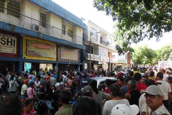 Decenas de personas esperaron a las puertas del local comercial para tratar de comprar productos regulados. (Foto/JGH)