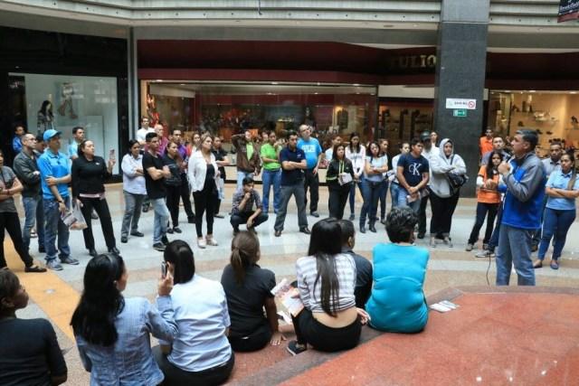 Alfredo Jimeno con trabajadores en el Centro Comercial Sambil // Foto Prensa