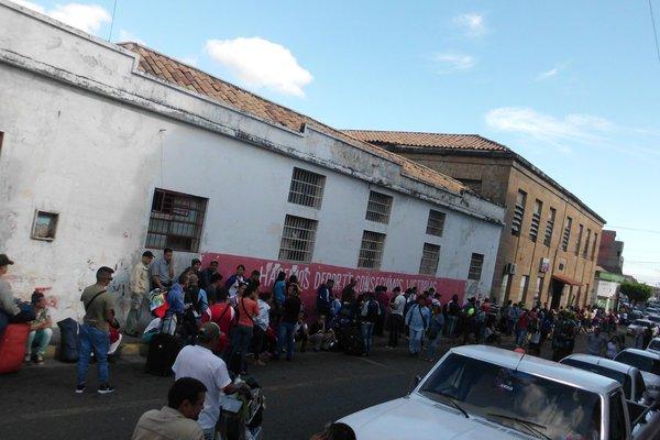 Muchas personas se movilizaron durante todo el viernes por el puesto de Migración del Saime en San Antonio del Táchira. (Foto/JGH)