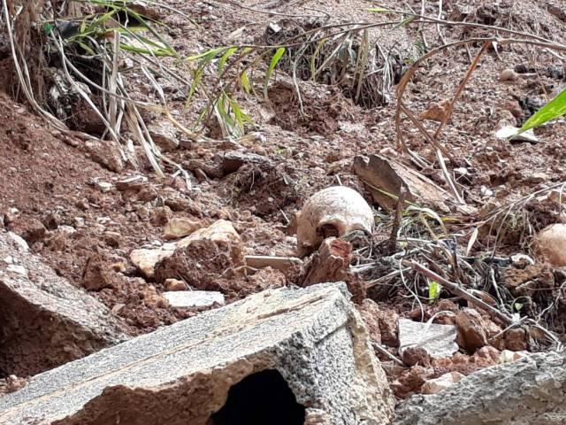 Foto: Cementerio de Los Salias se viene abajo con todo y tumbas / Diario Avance