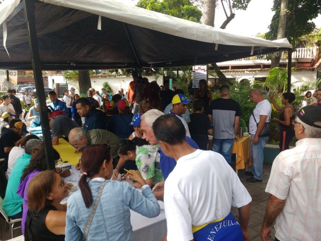 Vecinos de Coche participan en la consulta popular / Foto: @mabelsarmiento