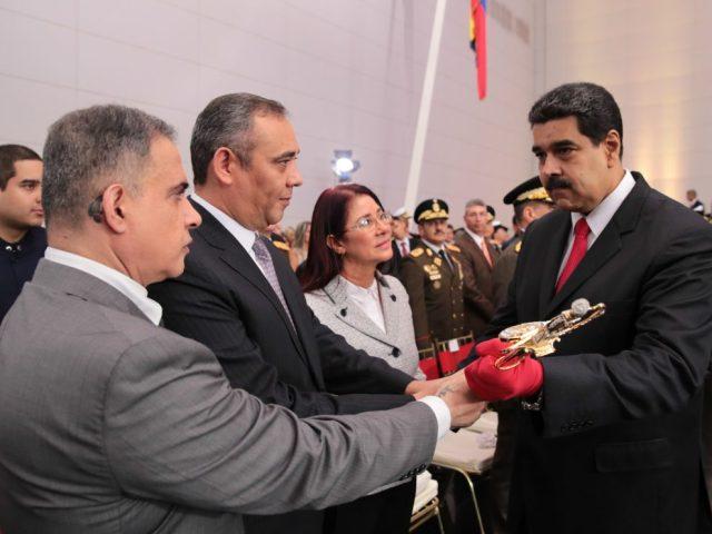 El acto de ascenso de militares del 01 de julio de 2017, contó con la presencia de la cúpula madurista, Tereck William Saab, Nicolasito Maduro, Maikel Moreno y Cilia Flores de Maduro. En la gráfica de AVN en el momento que manoseaban, Maduro enguantado, la espada de Bolívar