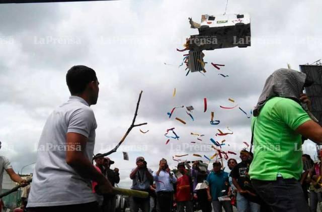"""La curiosa piñata de la libertad que llevó """"palo guaro parejo"""". Foto: @caracasorg"""