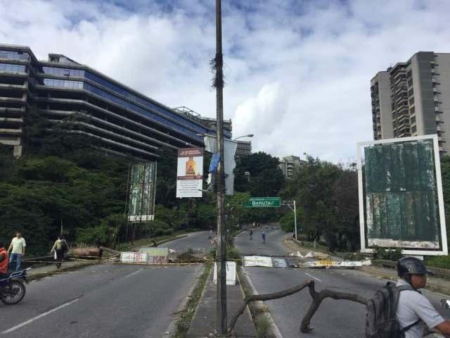 Los vecinos de El Cafetal montaron barricadas durante el Paro Nacional  / Foto Regulo Goméz LaPatilla.com