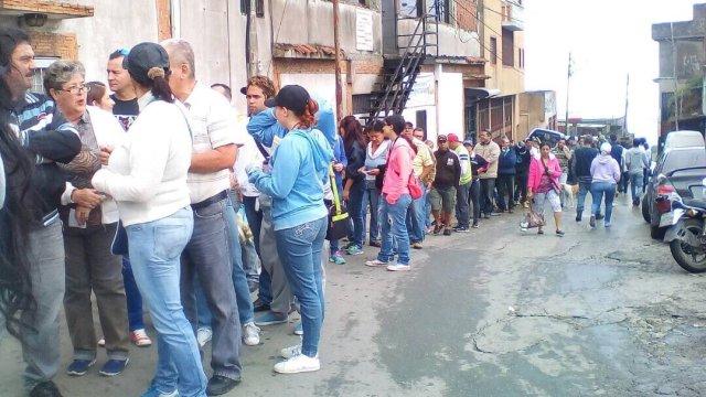 Largas colas para la consulta popular en El Junquito / Foto: @MariaCorinaYA