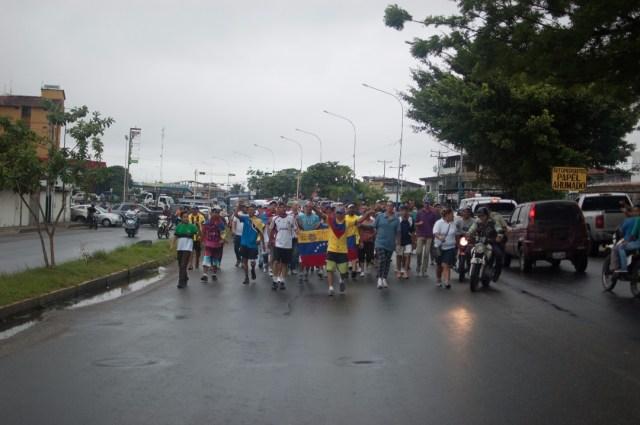 Los jovenes que caminaban desde San Cristobal hacia Caracas  (10)
