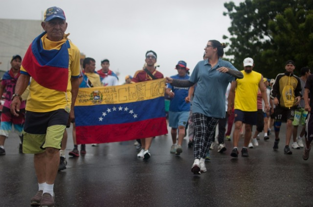 Los jovenes que caminaban desde San Cristobal hacia Caracas  (11)