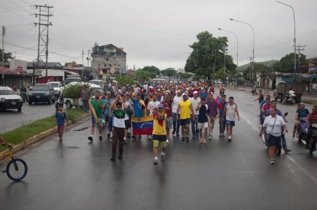 Los jovenes que caminaban desde San Cristobal hacia Caracas  (13)