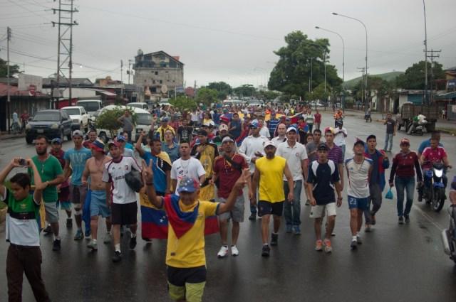 Los jovenes que caminaban desde San Cristobal hacia Caracas  (14)