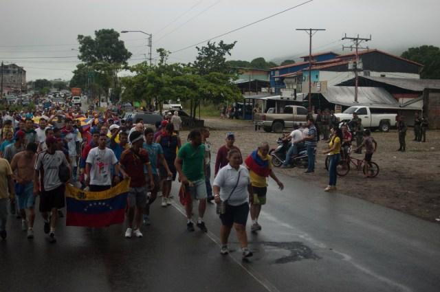 Los jovenes que caminaban desde San Cristobal hacia Caracas  (15)