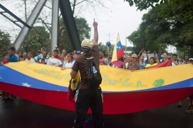 Los jovenes que caminaban desde San Cristobal hacia Caracas  (16)