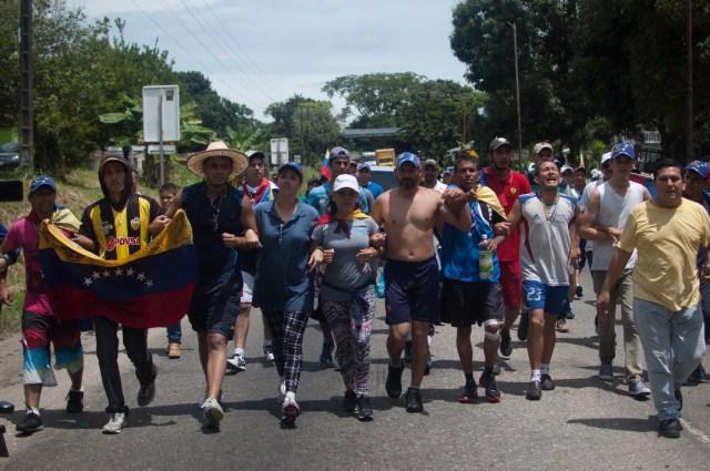Los jovenes que caminaban desde San Cristobal hacia Caracas  (19)