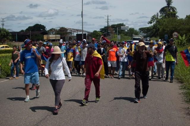 Los jovenes que caminaban desde San Cristobal hacia Caracas  (24)