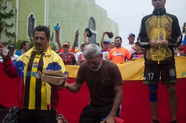 Los jovenes que caminaban desde San Cristobal hacia Caracas  (6)