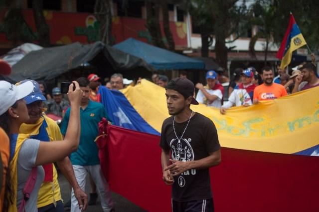 Los jovenes que caminaban desde San Cristobal hacia Caracas  (7)