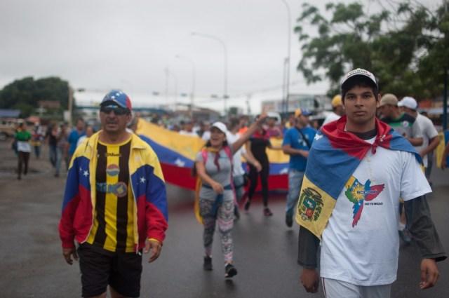 Los jovenes que caminaban desde San Cristobal hacia Caracas  (8)
