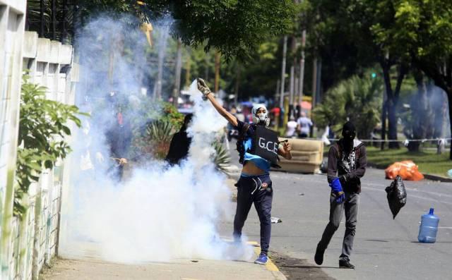 Enfrentamientos entre funcionarios policiales y manifestantes en Naguanagua: Foto: @jchernandez69