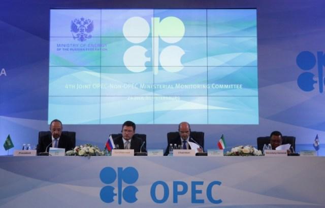 El Ministro de Energía de Arabia Saudita, al-Falih, el Ministro de Energía de Rusia Novak, el Ministro de Petróleo de Kuwait, Al Marzouq, y el Secretario General de la OPEP, Barkindo, asisten a una reunión del IV Comité de Seguimiento Ministerial de la OPEP en San Petersburgo. 24 julio 2017. REUTERS/Anton Vaganov