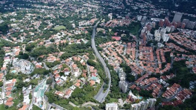 Vista aérea desde el túnel de La Trinidad hacia la redoma de Prados del Este jueves 27 de julio de 2017 durante el paro nacional a las 12:40 pm