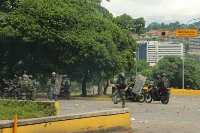 Funcionarios de la GNB reprimen a manifestantes en Bello Monte. Foto; Lapatilla/ Régulo Gómez