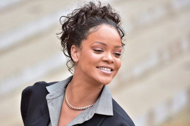 Barbadian musician and Global Ambassador for the Global Partnership for Education Rihanna smiles as she leaves the Elysee Palace in Paris on July 26, 2017 after a meeting with the French president.  Rihanna is the founder of the Clara Lionel Foundation campaigning for education rights in impoverished communities worldwide. / AFP PHOTO / CHRISTOPHE ARCHAMBAULT