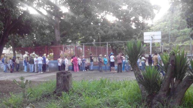 Electores de Ruíz Pineda ya se encuentran haciendo la cola para participar en la consulta popular / Foto: @rgalviz70