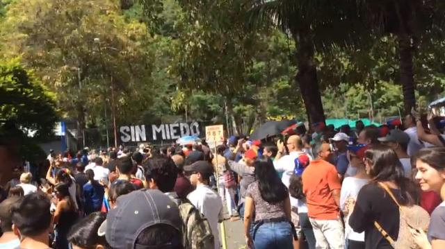 Ciudadanos esperando para votar en el punto soberano de Bello Monte (Captura)