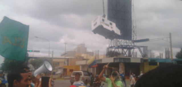 """La curiosa piñata de la libertad que llevó """"palo guaro parejo"""". Foto: @JuniorParra19"""