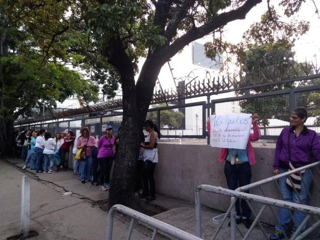 Punto soberano de la UCV, personas en cola antes de las 7:00am / Foto: @eleoviedoc