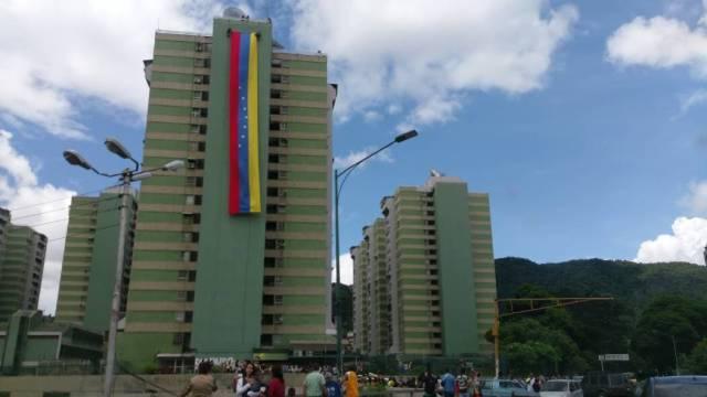 Vecinos de Los Verdes desplegaron una gigantesca bandera nacional