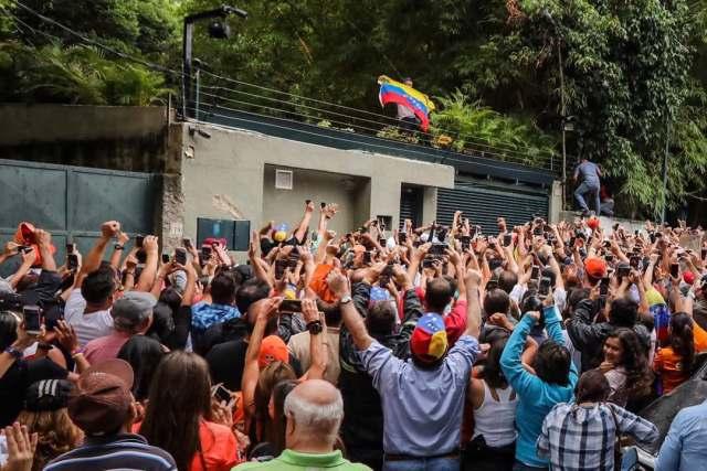 El opositor venezolano Leopoldo López saluda a seguidores hoy, sábado 8 de julio de 2017, en la entrada de su casa en Caracas (Venezuela). Leopoldo López saludó hoy desde dentro de su residencia en Caracas a la que llegó esta madrugada tras recibir una medida de arresto domiciliario que le sacó de la prisión militar en la que estaba recluido desde febrero de 2014, con una condena de 14 años de cárcel. EFE/MIGUEL GUTIÉRREZ