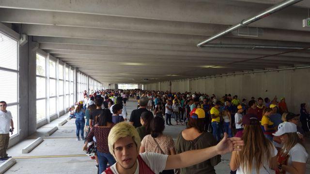 Venezolanos esperan para votar en uno de los puntos soberanos de Miami (Foto: @@darwins2010)