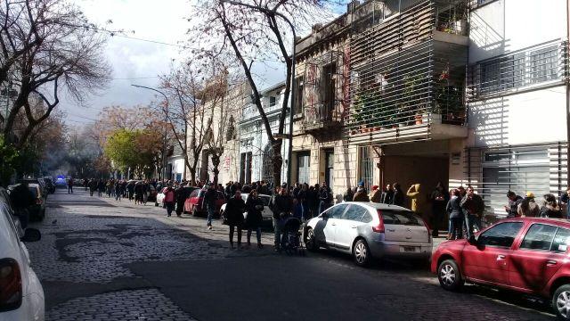 Venezolanos en Palermo, Argentina, esperan para participar en la consulta popular (Foto: @cdavilan)