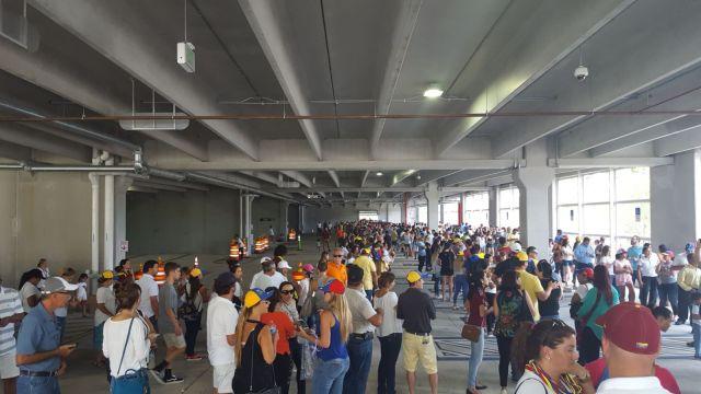 Venezolanos en el Miami Dade College participan en la consulta popular (Foto: @Darwins2010)
