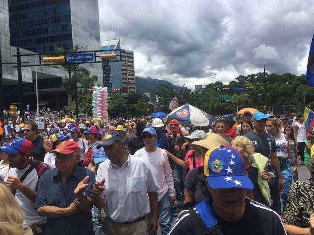 Manifestantes marchan con rumbo al TSJ (Foto: LaPatilla.com)