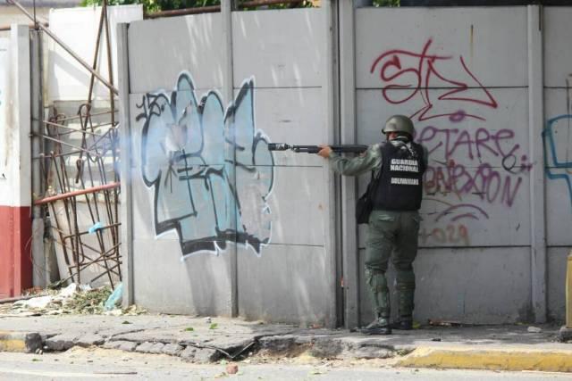 Un efectivo de la GNB dispara bombas lacrimógenas a manifestantes opositores (Foto: Régulo Gómez / LaPatilla)