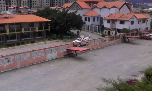 Vecinos del Conjunto Residencial Centenario en Ejido, estado Mérida, denunciaron que una tanqueta de la GNB intentó por segunda vez derribar el portón del edificio.