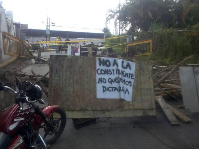 Cerrada la calle El Pozo, en Parque Caiza // Foto @nessacrlupo