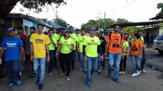 Wilson Castro y jóvenes de la unidad en Castillito