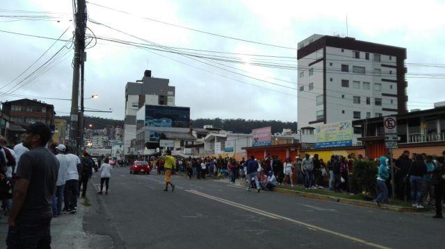 En Quito ya cerraron dos de los cuatro puntos de Consulta Popular: Venezolanos se mantienen en cola. Foto: Jonathan Gutiérrez