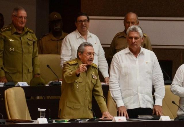 El presidente cubano Raúl Castro indica durante una sesión extraordinaria de la Asamble Nacional en La Habana. 1 de junio 2017. El presidente de Cuba, Raúl Castro, advirtió el viernes a su colega estadounidense, Donald Trump, que cualquier estrategia contra su país no tendrá éxito y dejó abierto la puerta al diálogo y la cooperación entre los exenemigos de la Guerra Fría. ACN/Marcelino Vazquez/via REUTERS. ATENCIÓN EDITORES - SOLO PARA USO EDITORIAL.